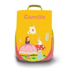 Joli sac à dos l'Oiseau Bateau, jaune, décoré de l'univers #Alice au pays des merveilles, personnalisable avec un prénom brodé, qui permettra à votre enfant de vivre beaucoup d'aventures. #sacàdos #sacàdosenfant #sacàdospersonnalisable #sacàdosbrodé #broderie #sacenfant #bagage #bagageenfant #école #OiseauBateau #lapin #aliceaupaysdesmerveilles
