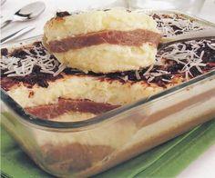 Beijinho de travessa Ana Maria Brogui    CREME BEIJINHO  2 latas de leite condensado  4 colheres (sopa) de margarina  1 garrafa de leite de coco (200 ml)  3 xícaras (chá) de coco ralado    CREME DE CHOCOLATE  180g de chocolate meio amargo picado  400g de creme de leite    Cravos-da-índia e coco ralada a gosto para decorar
