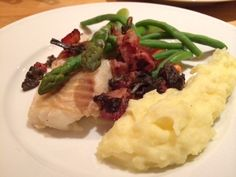 Torskrygg med bacon, haricots verts och skummig vinsås | Cod with bacon, mashed potatoes, wine sauce and string beans