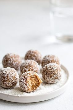 These salted caramel coconut bliss balls only use 4 ingredients and are so easy to make! They're the perfect healthy all-natural snack! Salted caramel coconut bliss balls Anju tanjaburkhard smoothie & müsli These salted caramel coconut bliss ba Vegan Treats, Vegan Snacks, Healthy Sweets, Healthy Sweet Treats, Healthy Snack Recipes, Vegan Recipes, Healthy Foods, Cookies Et Biscuits, Junk Food