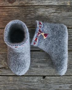 huovitetut tossut Felt Art, Knitting Socks, Womens Slippers, Heeled Mules, Knit Crochet, Diy And Crafts, Weaving, Heels, Sneakers