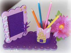 Buona Domenica a tutte, oggi vorrei mostrarvi dei pensierini che ho realizzato per dei bimbi che a Settembre frequenteranno la prima elementare: cornice da tavolo con porta penna. #cornicedatavolo #cornicepersonalizzata #corniceconnome #portapenne #feltroepannolenci #crepla #fommy #idearegalo #fattoamano #handmadeinitaly #legioiedibarby #lemaddine Popsicle Stick Crafts, Craft Stick Crafts, Felt Crafts, Paper Crafts, Disney Valentines, Valentine Crafts, Christmas Crafts, Frame Crafts, Diy Frame