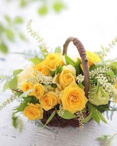 Yellow roses in a basket Fake Flowers, Fresh Flowers, Pretty Flowers, Spring Flowers, Basket Flower Arrangements, Beautiful Flower Arrangements, Floral Arrangements, Deco Floral, Arte Floral