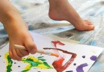 Painting with your Feet - activities for painting with your toes in preschool and kindergarten. From www.kigaportal.com