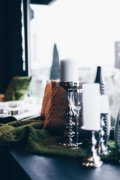 Einrichtungsideen, Frühlings-Deko, Esstisch, Fensterbank, Sofa, Samt, Wohnbereich dekorieren, Interior Blog, Interior Magazin, whoismocca.com     #homeinterior #whoismocca #interiordesign #einrichtungsideen #frühlingsdeko #ostern #spring #textilien #stoffe #kissen #decken #farben #materialien #tirol #flagshipstore #einrichtungexperten #inspiration Interiordesign, Home Interior, Blog, Candles, Trends, Table Decorations, Inspiration, Furniture, Home Decor