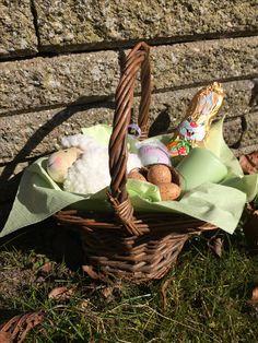 Har du været på påskevisit? Her er kurven pakket med et lille får, æg og en chokolade-kanin.
