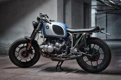 Anche il metallo può riscaldare il cuore. Su questa BMW R65 LS tutto ruota intorno all'essenzialità di una moto nata per essere giusto due ruote, un motore e tanta passione magari da condividere con il passeggero giusto. Parlano i materiali dei componenti lasciati a vista e i colori che ne mettono a nudo l'anima.