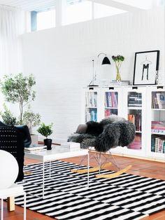 SD white glass front bookcase -Ikea?.Foto: Peter Carlsson Hus  Hem, alla möblerna är från OG