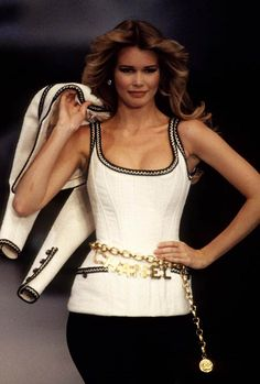 Flashback : les supermodels sur le podium Chanel Claudia Schiffer at the Chanel spring-summer 1993 s Chanel Fashion Show, Look Fashion, 90s Fashion, Runway Fashion, Fashion News, Vintage Fashion, Fashion Outfits, Chanel Couture, Chanel Runway
