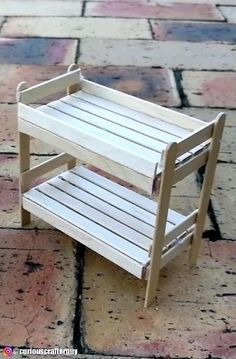Diy Dollhouse Furniture Easy, Diy Barbie Furniture, Miniature Furniture, Miniature Chair, Popsicle Stick Crafts House, Popsicle Sticks, Craft Stick Crafts, Popsicle Stick Birdhouse, Popsicle Stick Bridges