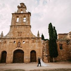 Recuerdos de este fin de semana, un fin de semana increíble junto a Carol y Víctor en los @losclaustros de Ayllon, Segovia. Mil millones de gracias chicos por hacernos sentir como en casa. @somethingbluewp como siempre de 10! Un lujo de equipo! #weddingmood #segovia #bodassegovia #claustrosdeayllon #ayllon #losclaustrosdeayllon #boda #spanishwedding #bodas #bride #bridal #destinationwedding #destinationweddingphotographer #fotografobodas