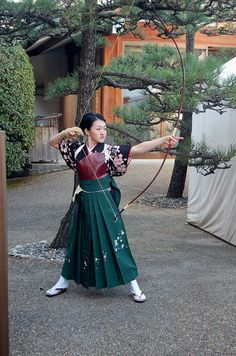 Japanese archer wearing traditional Hakama, with her yumi and archer's glove (kyudo) -- on a side note, who keeps taking all these awesome photos of Japanese archers! Description from pinterest.com. I searched for this on bing.com/images