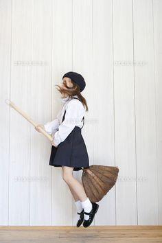 ほうきを持ってジャンプする女の子 (c)BLOOM image