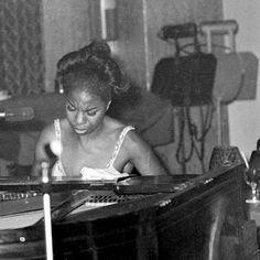 Nina Simone  Descripció: Nina Simone actuando en Annies Club (Londres) Autor: Desconegut Data: Juny 1965 Identificador: https://www.flickr.com/photos/77636028@N05/7319921704/  Relació: image/jpeg Drets: Mirrorpix Propietari: Mirropix Proveïdor: John Brown Lloc de Procedència: UK
