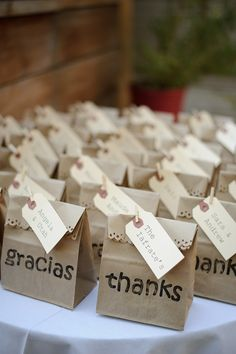 This is a really awesome idea for my graduation favors. Paper bag favors with 'thanks' and 'gracias' Cookie Packaging, Gift Packaging, Wedding Favours, Wedding Gifts, Party Gifts, Diy Gifts, Grad Parties, Birthday Parties, Birthday Cards