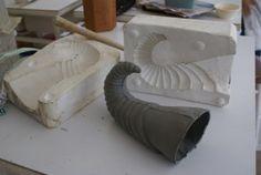 Cómo hacer un molde de yeso o escayola de 2 partes Ceramic Clay, Ceramic Painting, Ceramic Pottery, How To Make Clay, Plaster Molds, Diy Clay, Mold Making, Handmade Art, 3d Printing