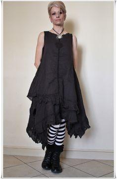 """Robe Asymétrique 55364 coloris """"noir vintage"""" Ewa I Walla SS2014 - portée ici avec des bas à grosses rayures noir & blanc, pour le Fun :-D (ici  portée avec le dos devant, la rosace étant normalement dans le dos)."""