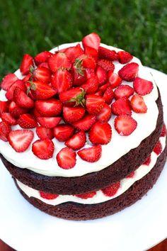Suklaapossu: Mehevä mansikka-suklaakakku