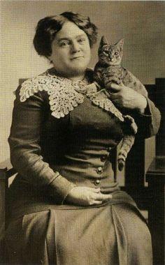 Two alert citizens -- Donna con gatto - Foto d'epoca