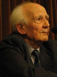 Zygmunt Bauman - eerst profeet van het postmodernisme. Vanaf 2000 steeds kritischer ten aanzien van het postmodernisme en de invloed er van op de maatschappij. Vanaf 2000 spreekt hij dan ook louter nog over de moderne vloeibare samenleving. Hoe deze zich verhoudt tot het postmodernisme is soms niet helemaal duidelijk. Wat wel duidelijk is, is het feit dat Bauman steeds pessimistischer wordt over het leven in de modern vloeibare maatschappij.