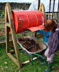 Want a fast composter that is easy to rotate but can't afford a manufactured version? Got a problem with mice or rats in the compost? Here is Abram Mclaughlin's DIY compost tumbler entirely made from recycled materials. Compost Barrel, Garden Compost, Diy Compost Tumbler, Composting At Home, How To Make Compost, Bokashi, Tips & Tricks, Compost, Vegetable Gardening