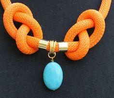 VENTA collar diseño de cuerda de escalada, cuerda, Howlita turquesa y bronce oro color anaranjado elementos, nudos náuticos, collar hecho a mano, joyería