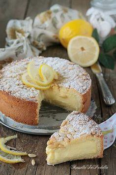 Torta della nonna al limone, frolla con lemon curd e pinoli. Frolla friabile farcita da crema pasticcera al limone e pinoli
