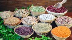 Eisenmangel beeinträchtigt die Leistungsfähigkeit von Körper und Gehirn. Viel von dem Energie-Nährstoff steckt in Hülsenfrüchten wie Bohnen und Linsen, aber auch in Sesam, Roter Beete, Spinat und anderen grünen Gemüsesorten. Diese mit Vitamin-C-reichen Lebensmitteln zu kombinieren, fördert die Eisenaufnahme zusätzlich.