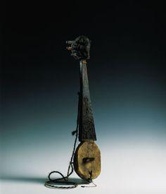 SGRA- SNYAN  Se trata de un instrumento procedente del Tíbet. Su cuerpo está excavado en una sola pieza de madera, que incluye una preciosa talla en el clavijero con forma de media luna. También presenta a veces un dragón u otro animal mitológico, y más frecuentemente una cabeza de caballo, a la manera del morin khuur de Mongolia, como es el caso del ejemplar que nos ocupa. El mástil del instrumento se halla hueco en su parte inferior, ayudando así a la resonancia del mismo. El sgra–snyan…