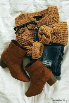 Unravel Casual Fall Outfit inspirations (but stylish) fashion women will probably be wear around right now. casual fall outfits for women over 40 Fashion Mode, Look Fashion, Womens Fashion, 90s Fashion, Jeans Fashion, Fall Fashion Outfits, Casual Fall Fashion, Flat Lay Fashion, Winter School Outfits