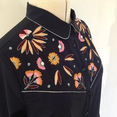 Vous me reconnaîtrez facilement sur le Salon CSF, je porte ma nouvelle chemise brodée, motifs du deuxième cours de broderie chez @artesane_paris ,en ligne depuis hier, n'est ce pas, @jai_laflem @poppysew 😉😘😘😘Ces motifs sont ceux de la pochette Tigre. Je les ai positionnés à ma convenance pour l'empiètement de la chemise Johanna de @republiqueduchiffon j'ai ensuite cousu ma chemise en mixant plusieurs modèles de chez @republiqueduchiffon et @aime_comme_marie pour obtenir la chemise…