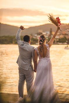 #elopement #elopementwedding #wedding #noiva2020 #noiva #noivos #buque #bouquet #casamento #pordosol #casamentoaoarlivre #recemcasados #casamentoadois #fugindoparacasar #fugindopracasar #casei Elopement Wedding, Elope Wedding, Bridesmaid Dresses, Wedding Dresses, Fashion, Newlyweds, Running Away, Outside Wedding, Grooms