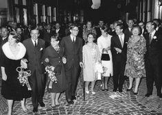 Gala voorstelling van Tuyl Uilenspiegel. vlnr: Prinses Beatrix, Claus von Amsberg, prinses Margriet,Pieter van Vollenhoven, prinses Christina, prinses Irene, koningin Juliana en prins Bernhard. 01-07-1965.