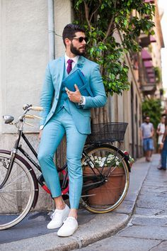 Termo colorido para homens. Silhueta ajustada e a cor é azul piscina