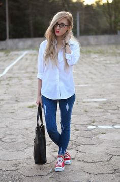 20 Outfits With White Shirt And Blue Jeans Red Sneakers Outfit, Converse Shoes Outfit, White Converse Outfits, White Shirt Outfits, White Jeans Outfit, Black Dress Outfits, Jeans E Converse, Converse Rouge, Outfits Camisa Blanca