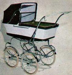SVENSKTILLVERKADE BARNVAGNAR FRÅN 1960-TALET  EMMALJUNGA 118.  1965 var denna vagn en av Emmaljungas nyheter.  En lite nyare linje. Ganska låg modell, bra hjulstorlek och djup korg. Rätt stum fjädring.  Vävplast och celluloidhandtag.