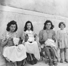 Tre merlettaie, three lacemakers, Burano, 1942