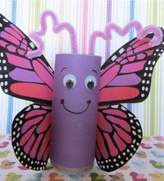 Vlinder van wc-rolletjes. De leerlingen krijgen een kleurplaat van een vlinder die eerst ingekleurd en uitgeknipt wordt. Vervolgens wordt de wc-rol bekleed met papier. Er kunnen nog oogjes/ voelsprieten op. De kleurplaat wordt vastgeplakt aan het wc-rolletje.