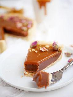Förutom att baka så är jag en mästare på att skapa bakverk med riktigt långa namn. Men det blir liksom så när man kombinerar en massa goda smaker i ett och samma bakverk. Som den här underbara pajen med chokladfudge och kola. Namnet ska ju liksom spe Best Dessert Recipes, Fun Desserts, Sweet Recipes, Cake Recipes, Just Bake, Kitchen Stories, Sweet Pie, High Tea, Cravings