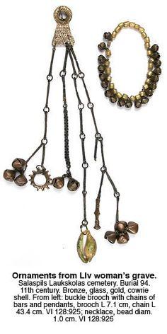 Salaspils Laukskolas (lībieši) 94. kapa rotas (daļa). Stikla krelles ar zelta platējumu, bronzas zvārguļi. Sakta ar piekariem un vienu no divem lielajiem kauri gliemežvākiem, kas atrasti Laukskolas kapulaukā. 11. gadsimts.