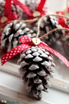 Christmas Crafts For Kids To Make, Homemade Christmas, Kids Christmas, Pine Cone Christmas Decorations, Christmas Wreaths, Christmas Ornaments, Pine Cone Crafts, Idee Diy, Country Christmas