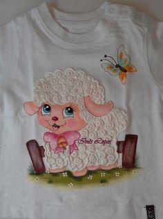 Camisola de bebé pintada à mão com tintas para tecido. Efeito 3D da lã da ovelha conseguido com tinta puff. Risco para pintar retirado da net