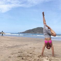 Falda/skirt by @uranta  #paradodemanos by @lagraef mar/sea by Mazatlán  #yoga #yogapants #yogamazatlan #summer #beach #handstand #invertions #mindfulcollection #Uranta #astroyogamazatlan by luva_om