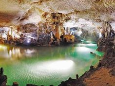 La Gruta de las Maravillas. La gran extensión de los lagos, la abundancia y variedad de formaciones, y la longitud de su desarrollo hacen de este complejo subterráneo un conjunto de gran belleza y vistosidad.  Descubierta a finales del siglo XIX, fue en 1914 cuando se abre al público como la primera cueva turística de España. Leer más: http://www.visithuelva.com/huelva_autentica/gruta_de_las_maravillas.asp
