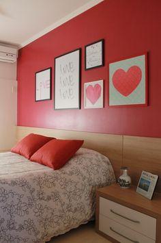 Quarto com parede vermelha
