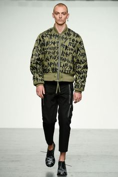See all the Collection photos from Ktz Spring/Summer 2018 Menswear now on British Vogue Stylish Mens Fashion, Latest Mens Fashion, Men Fashion, Fashion Outfits, Fashion 2018, Fashion Show, Fashion Design, Fashion Trends, Fashion News