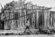 Menino atingido pela barragem de Belo Monte brinca com pipa, em um acampamento no município de Brasil Novo, no Pará. Março de 2015. Foto: Joka Madruga.
