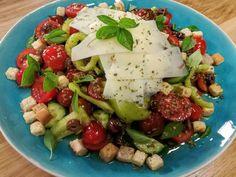 Η πιο δροσερή σαλάτα εποχής με γραβιέρα σκόρδου Cobb Salad, Feta, Potato Salad, Salads, Potatoes, Cheese, Ethnic Recipes, Potato, Salad