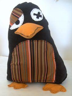 Joujou Pingouin à rayure multicolore  Dimension : 22L X 28H cm   Modèle entièrement cousu main   Cette peluche pingouin fantaisiste est une création artisanale unique avec ce tissu