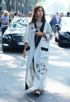 White silk floral kimono with black contrast collar and pocket. Paris Fashion Week Street-Style Photos by Tommy Ton Spring 2014 Street Style Fashion Week, Street Style Chic, Unique Fashion Style, Trendy Style, Fashion Design, Foto Fashion, Kimono Fashion, Hijab Fashion, Paris Fashion